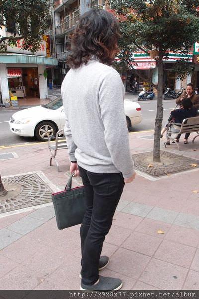 穿搭|男生V領毛衣+條紋襯衫