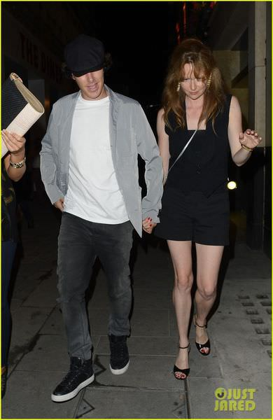 benedict-cumberbatch-mystery-gal-hold-hands-in-london-06.jpg