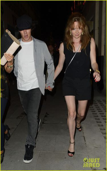 benedict-cumberbatch-mystery-gal-hold-hands-in-london-07.jpg