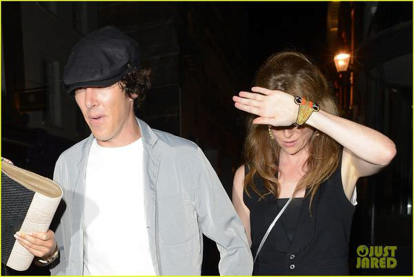 benedict-cumberbatch-mystery-gal-hold-hands-in-london-04.jpg